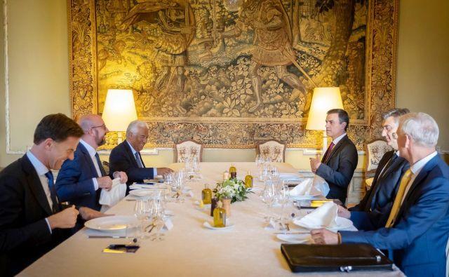 Večerja šestih premierov, ki delujejo kot koordinatiorji EPP, liberalcev in socialistov, ni privedla do opaznih premikov v reševanju zapletnih kadrovskih vprašanj v EU. FOTO: Kabinet predsednika belgijskega premiera