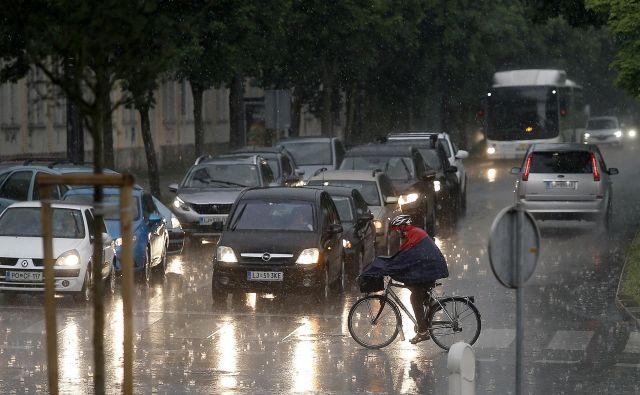 Nevihta je popoldne dosegla tudi Ljubljano. FOTO: Bla�ž Samec/Delo