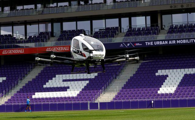 Proizvajalec dronov EHang je aprila na Dunaju na testnem poletu predstvil dvosedežno zračno vozilo Ehang 216. FOTO: Reuters