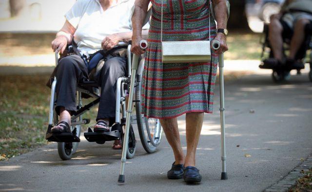 Tveganje za padec je pri starejših večje zaradi številnih težav. Foto:Blaz Samec/DELO Foto