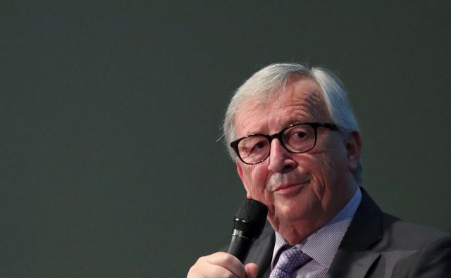 Jean-Claude Juncker ob koncu svojega mandata razlaga medijem, da je živel v zelo skromnih razmerah. Foto: Reuters