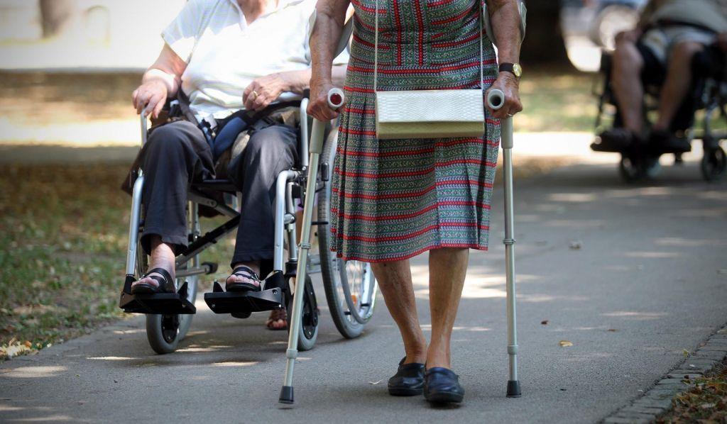Kako pogosti in kako nevarni so padci pri starejših?