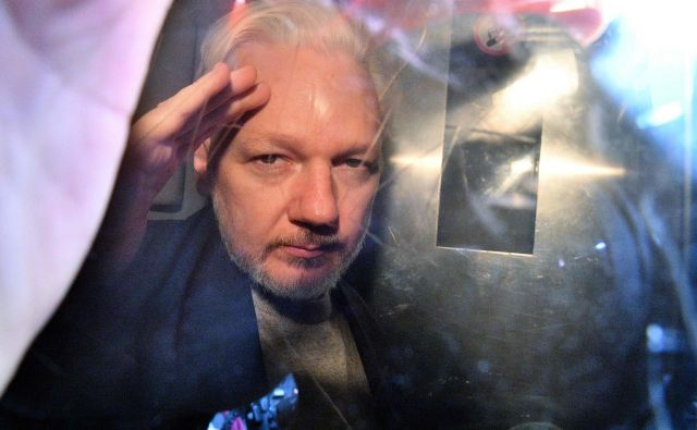 Assange ima težave z zdravjem, zaradi česar so na Otoku konec maja preložili zaslišanje v okviru obravnave ameriške zahteve za izročitev. FOTO: Daniel Leal-Olivas/AFP