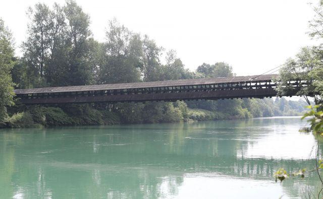 Savo med Mednim in Vikrčami preči 90-metrska brv. FOTO: Tomi Lombar/Delo