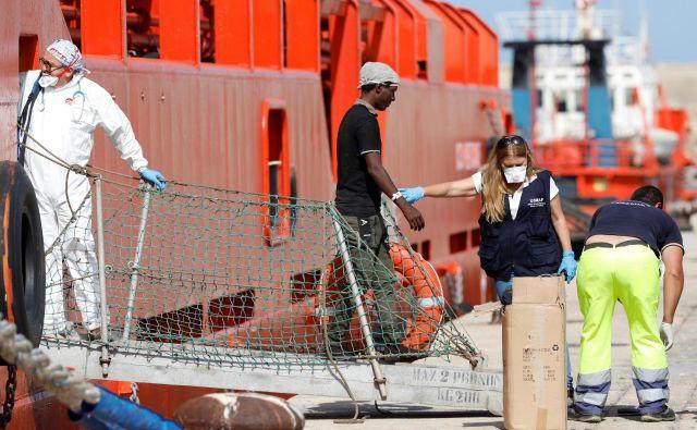 Italijanska vlada je včerajna predlog notranjega ministra Mattea Salvinija sprejela zakonsko uredbo, ki določa visoke kazni za ladje, ki v Sredozemskem morju pomagajo migrantom in beguncem.FOTO: Reuters