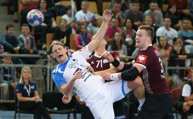 Kapetan Jure Dolenec je bil med boljšimi v slovenski reprezentanci proti Latviji, dosegel je osem golov, a ni mogel preprečiti poraza. Ob koncu je zapravil sedemmetrovko za izenačenje. FOTO: Tadej Regent
