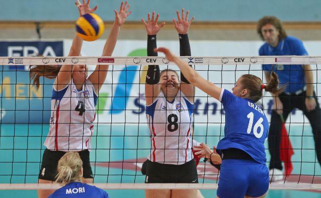 V slovenski vrsti je blestela korektorka Darja Eržen (desno), ki je bila z 21 točkami tudi najučinkovitejša igralka tekme, med drugim je dosegla tudi štiri ase. FOTO: Tadej Regent