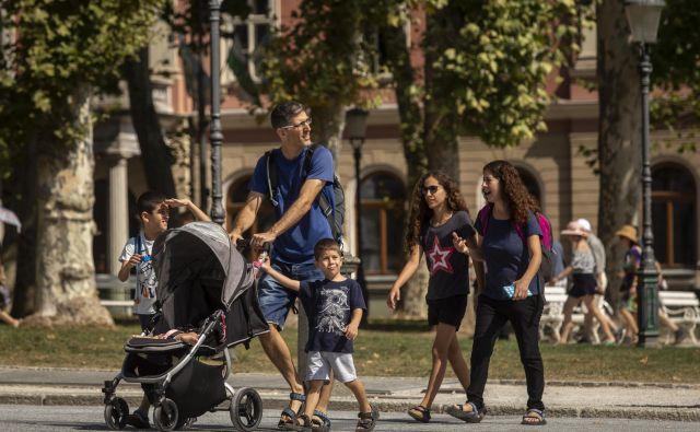 Osem od desetih očetov v Sloveniji po podatkih poročila že izrabi dopust, ki ga imajo na voljo za nego otroka. Vendar je ta dopust v primerjavi z drugimi državami, prijaznimi do družin, kratek. FOTO: Voranc Vogel/Delo<br />