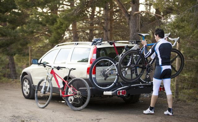 Tudi pri nameščanju koles na zadnji prtljažnik je potrebne kar nekaj vaje. FOTO: Shutterstock