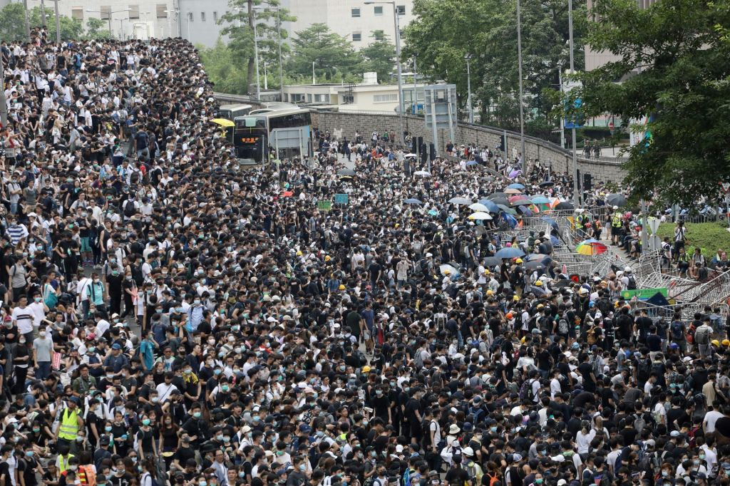 Protestniki preložili obravnavo spornega zakona