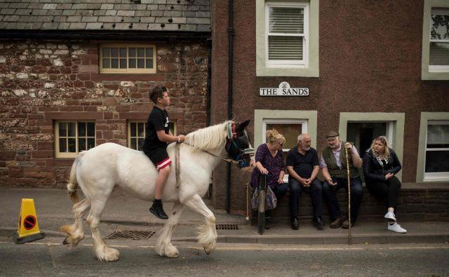 V angleško mesto Appleby v Westmorlandu pridejo popotniki s konji in kočijami iz vse države na vsakoletni konjski sejem, ki poteka že od sredine 17. stoletja. FOTO: Oli Scarff/AFP