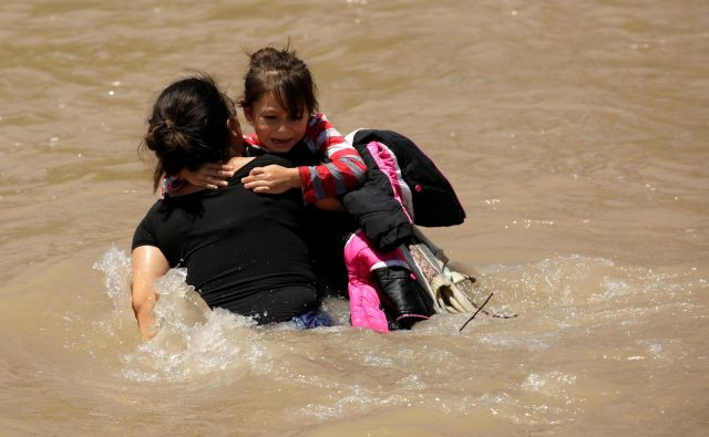 Migranti iz Srednje Amerike prečkajo reko Rio Bravo, da bi nezakonito vstopili v ZDA kjer bi lahko posledično vložili prošnjo za azil. Prečkanje reke je lahko za begunce tudi usodno. FOTO: Jose Luis Gonzalez/REUTERS