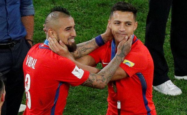 Arturo Vidal in Alexis Sanchez upata na tretjo zaporedno trofejo.<br /> FOTO: Reuters