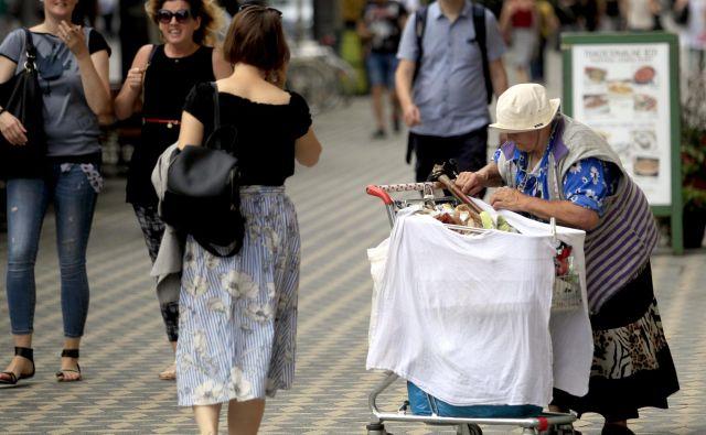 Med tistimi, ki živijo z najnižjimi dohodki, je največ upokojencev – skoraj 90.000 –, velika večina je žensk. Foto Roman Šipić