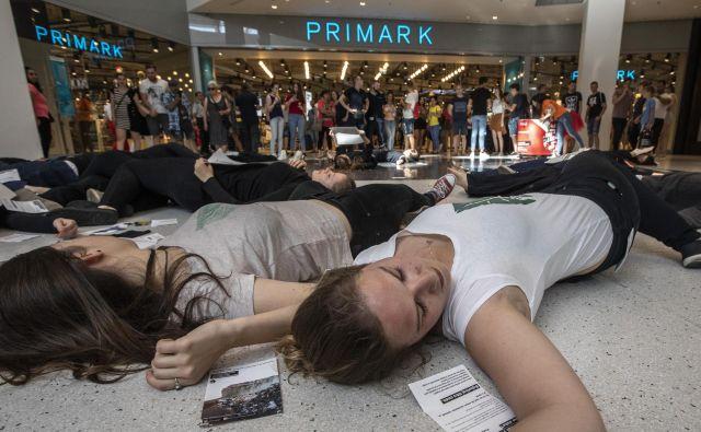 Protestniki pred novo odprto trgovino Primark v Cityparku. FOTO: Voranc Vogel