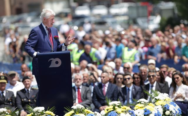 Bill Clinton je na slovesnosti v Prištini dejal, da je ponosen, ker se je odločil, da je dovolj etničnega čiščenja, bežanja ljudi z njihovih domov in ubijanja nedolžnih civilistov. FOTO: Florion Goga/Reuters