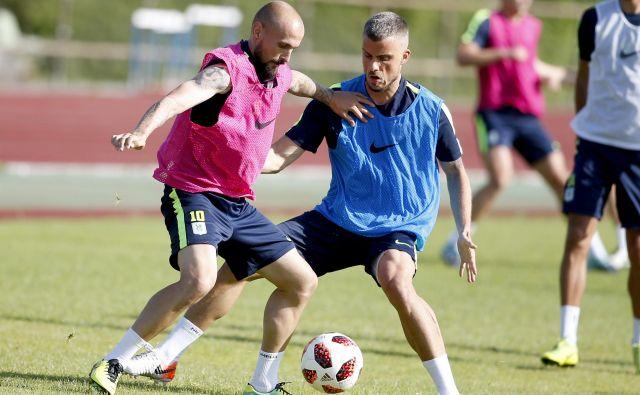 Goran Brkić (levo) je takoj preizkusil pripravljenost Denisa Šmeja, ki je bil zaradi poškodbe dve sezoni zunaj tekmovalnega ritma. FOTO: Roman Šipić/Delo
