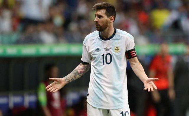 Lionel Messi se je med derbijem s Kolumbijo spraševal, kaj naj naredi, da bo igra Argentine bolj učinkovita. FOTO: Reuters