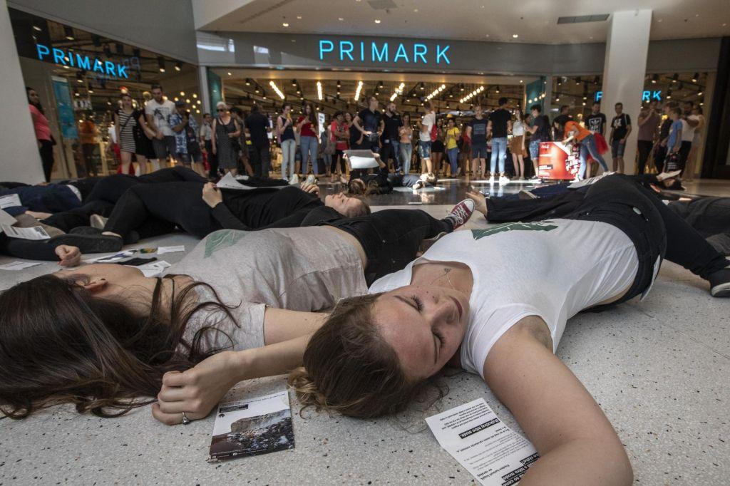 FOTO:Mladi protestniki s simbolično smrtjo nad Primark(VIDEO)