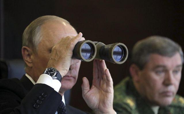 Evropska komisija ugotavlja, da so prokremeljski viri v mesecih pred evropskimi volitvami okrepili delovanje z dezinformacijami. FOTO: Reuters