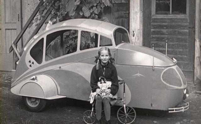 Hčerka Waltraud pred trikolesnikom, ki ga je izdelal Hans Ramor. Foto Osebni Arhiv Waltraud Marti, Ramorjeve Hčerke