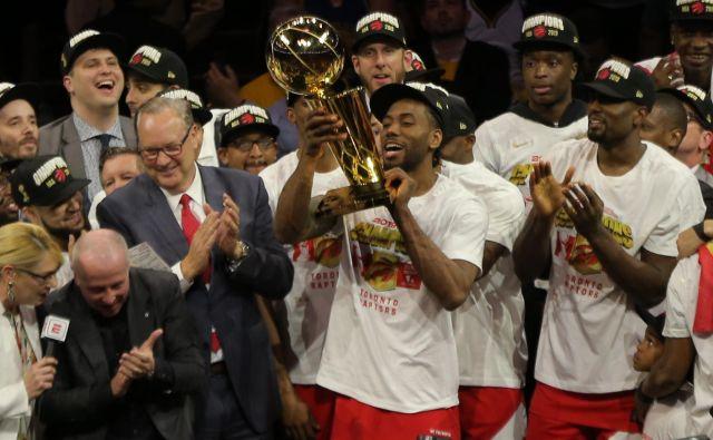 Kawhi Leonard je dvignil pokal Larryja O'Briena za prvake lige NBA. FOTO: Reuters