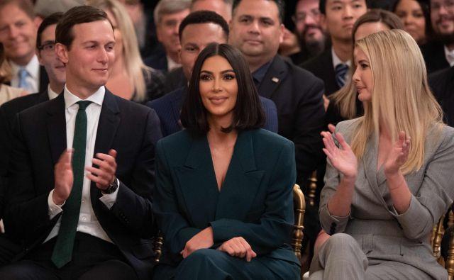 Jared Kushner, Kim Kardashian in Ivanka Trump poslušajo govor ameriškega predsednika Donalda Trumpa o drugi možnosti zaposlovanja bivših kaznjencev in o reformi kazenskega pravosodja v vzhodni sobi v Beli hiši.FOTO: Saul Loeb/AFP