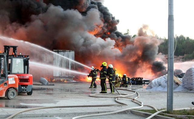 Zaradi ne dovolj stabilne konstrukcije so gasili le od zunaj. FOTO: Ljubo Vukelič/občina Cerknica