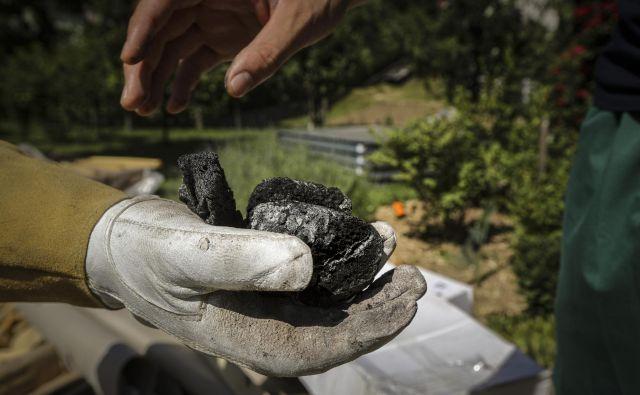 Ožgani deli, ki so ob požaru v Fragmatu padali v Begunjah pri. FOTO: Voranc Vogel/Delo