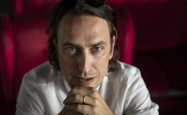 »Danes je v detektivkah nasilja veliko več, ker so te pač kukalo in odraz nasilnega zakulisja družbe, v kateri živimo,« pravi Mirt Komel. FOTO: Voranc Vogel