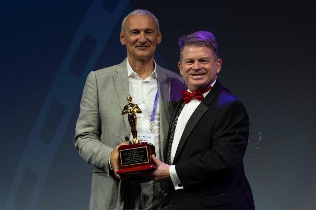 FOTO:Očesni kirurg Vladimir Pfeifer prejel nagrado za strokovni film