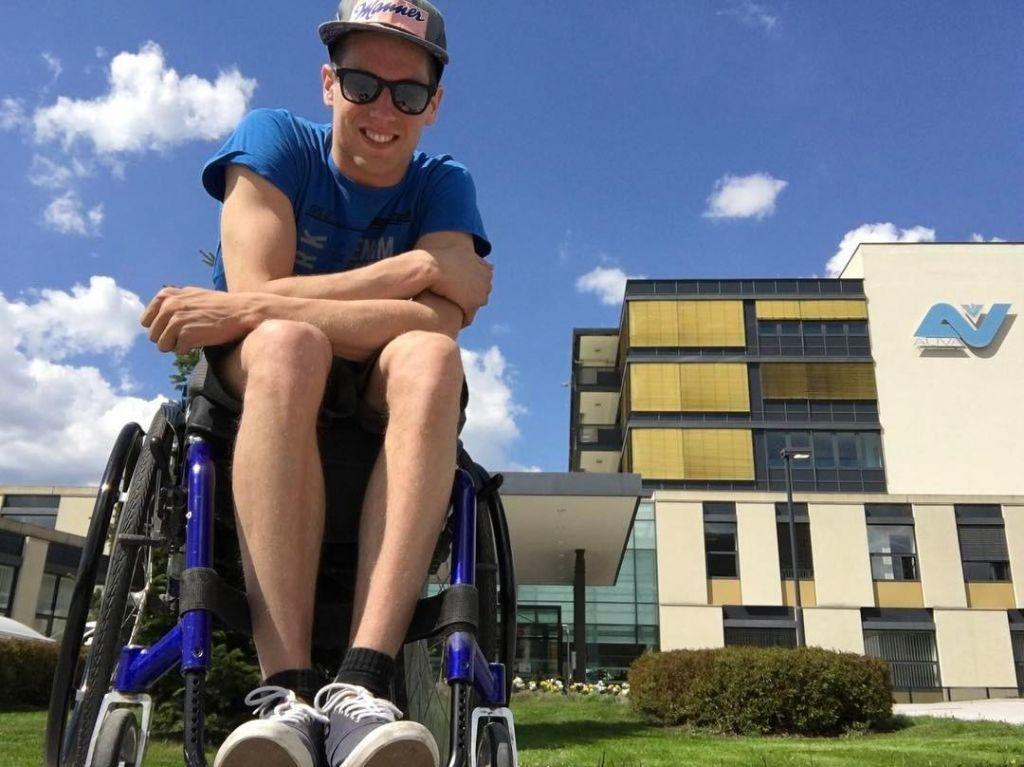 Po 18 mesecih najtršega dela in solza spet naredil prve samostojne korake (VIDEO)