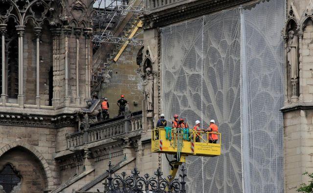 Požar, ki je pred natanko dvema mesecema zajel pariško katedralo, je uničil dve tretjini strehe.FOTO: Gonzalo Fuentes/Reuters