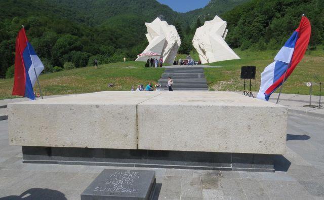 Na kostnici padlih borcev sta vihrali le srbski zastavi. FOTO: Bojan Rajšek/Delo