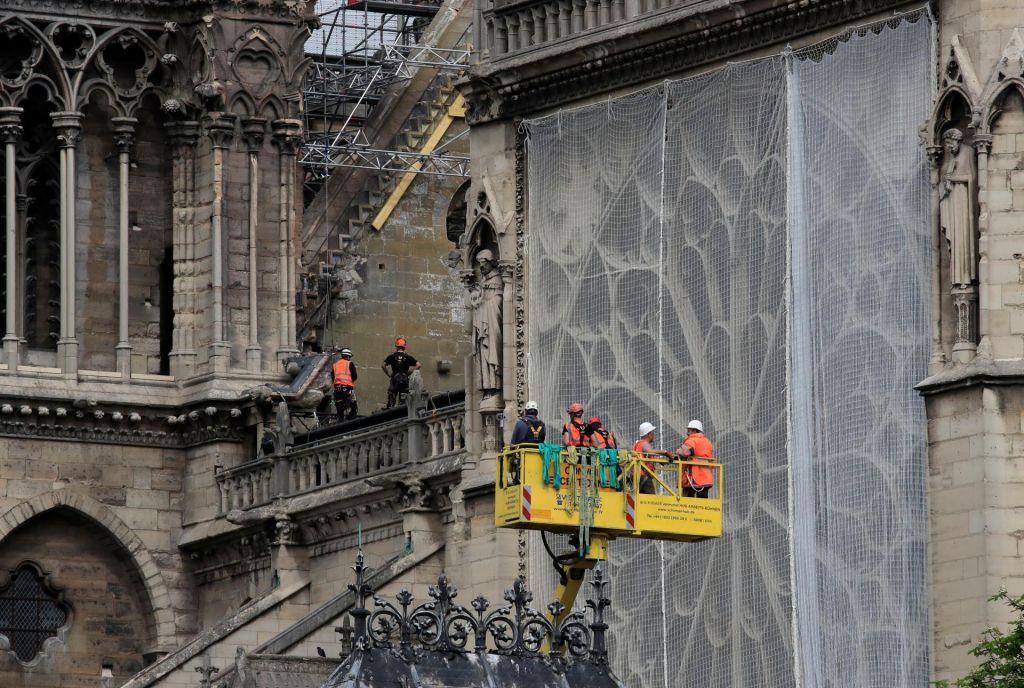 Prva sveta maša po hudem požaru, ki je močno poškodoval simbol Francije