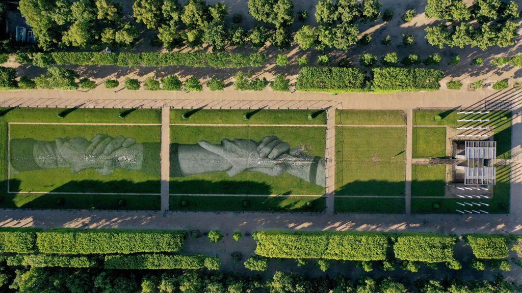FOTO:V parku pod Eifflovim stolpom izrisal verigo rok