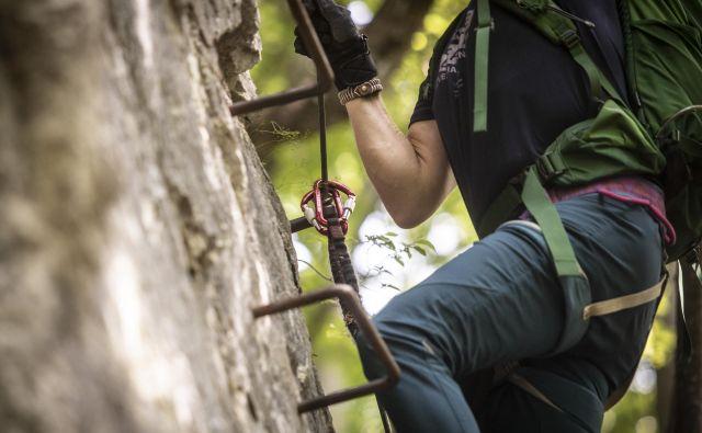 Prikaz varnega plezanja po zahtevni poti na Tončkov dom na Lisci. FOTO: Voranc Vogel