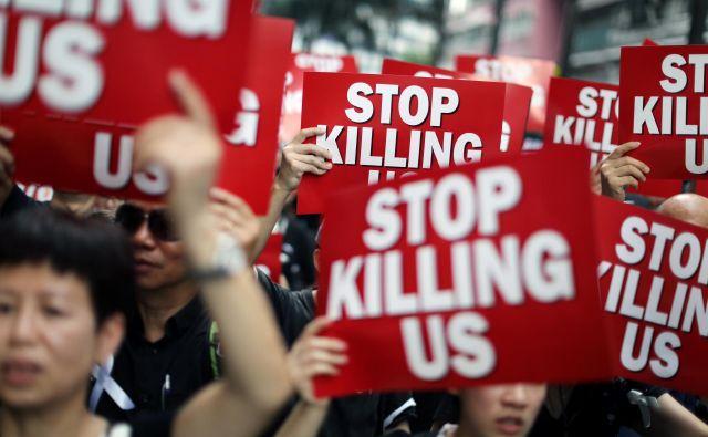 Protestniki želijo, da sporni zakon popolnoma umakne. FOTO: Athit Perawongmetha/Reuters