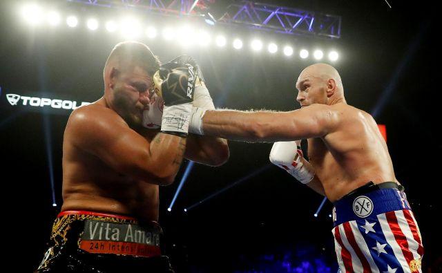 Tyson Fury (desno) je s takšnimi udarci hitro zlomil odpor Toma Schwarza. FOTO: Reuters