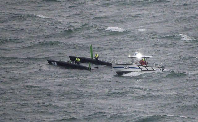 V Ženevskem jezeru se je prevrnila ladjica. FOTO: Fabrice Coffrini/AFP