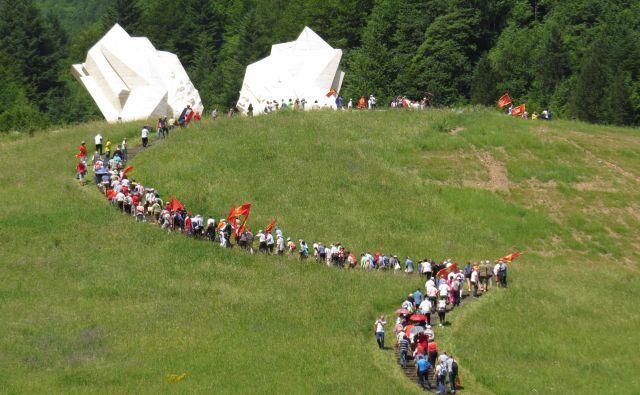 Velika množica ljudi se je danes povzpela do spomenika in kostnice padlih partizanov, pri čemer so morali premagati 232 stopnic. FOTO: Bojan Rajšek/Delo