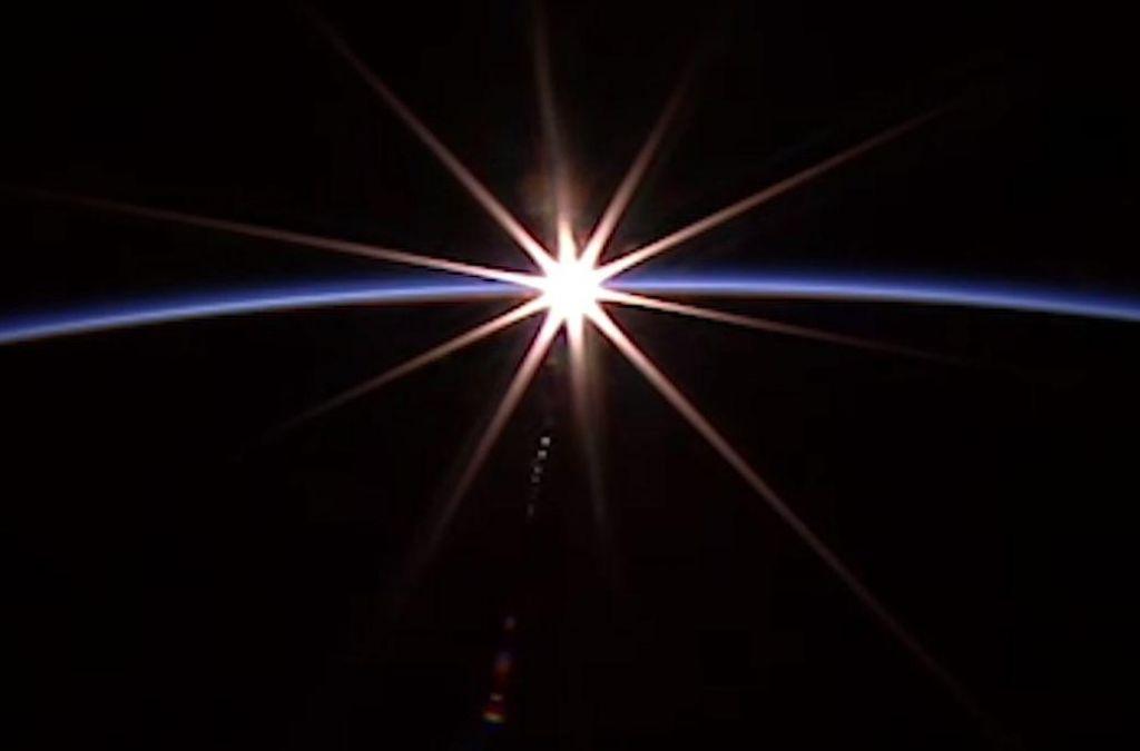FOTO:Spektakularni sončni zahod, kot ga vidijo astronavti (VIDEO)