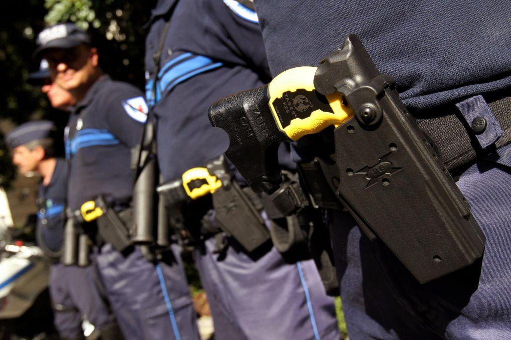 Policisti že znajo ravnati s paralizatorji