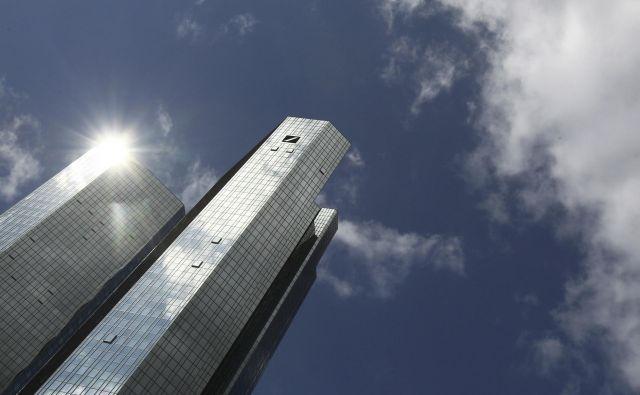 Deutsche bank naj bi ustanovila slabo banko in se znebila precejšnjega portfelja v investicijskem bančništvu. Vprašanje je, ali bo potem za banko posijalo sonce. Foto Reuters