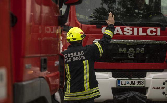 Po neuradni oceni je požar, zaradi katerega so gasilci evakuirali dvajsetstanovalcev iz bližnjihstanovanj, povzročil za več deset tisoč evrov materialne škode. FOTO: Voranc Vogel/Delo