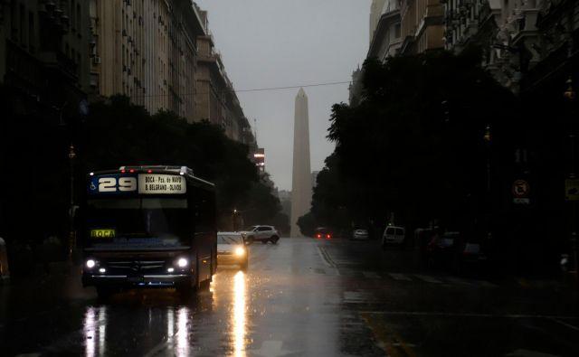 Električni mrk, ki se je začel v nedeljo ob sedmi uri in sedem minut po lokalnem času v Argentini, je povzročil zmedo v prometu, saj prometna signalizacija ni delovala, nedejavni so bili tudi vlaki. FOTO: AFP