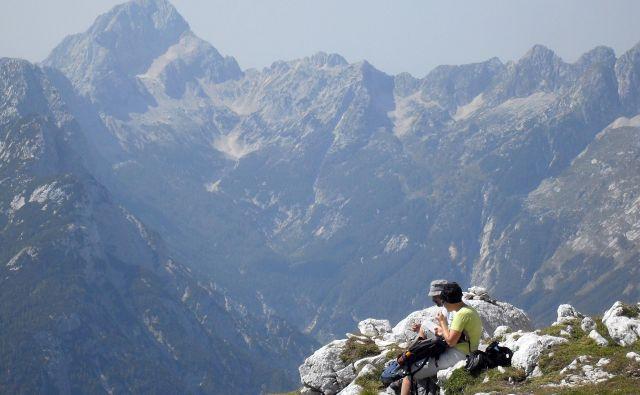 Tuji planinci v temi niso mogli sestopiti s Prisojnika. Foto Maja Grgič