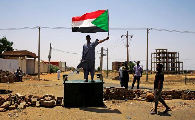 Vojska je izrabila proteste za utrditev položaja, a je podcenila njihov naboj. FOTO: Reuters
