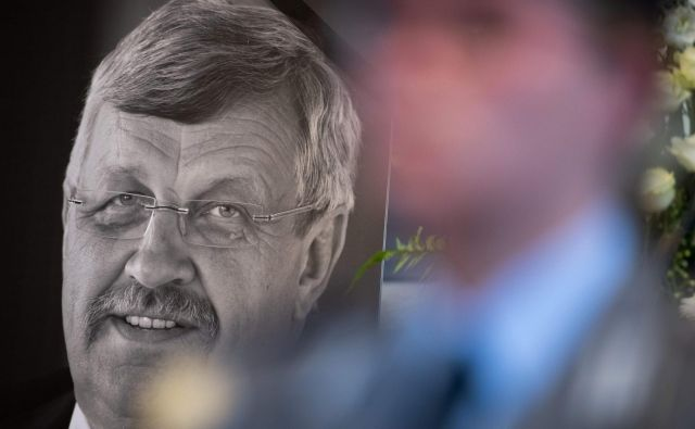 Portret umorjenega politika Walterja Lübecka. FOTO: AFP