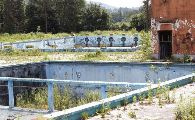 Bazeni v Vevčah propadajo že več kot desetletje; nekdanje kopališče je v najboljših časih obiskalo tudi več kot tri tisoč kopalcev na dan. Foto Mavric Pivk